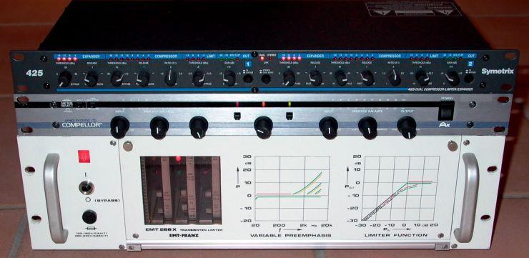 Der EMT-Transienten-Limiter wurde häufig zum Schutz von UKW-Sendern vor Übersteuerungen eingesetzt. Ein Filter begrenzt das ankommende Signal bei 17 kHz. Bisher kam sds ganz gut ohne ihn aus. Der Symetrix wurde bei <em>Pathways</em> sehr moderat eingesetzt
