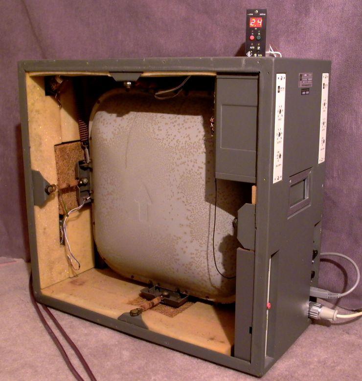 Eine Seitenwand des EMT 240 wurde für das Foto entfernt. In der durch Federsysteme entkoppelten Wanne befindet sich die Goldfolie. Das Neumann S454 zeigt die Nachhallzeit digital an und erlaubt so ein exakte Ferneinstellung